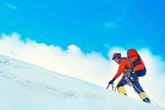O grupo de montanhistas alcança a cimeira do pico de montanha Sucesso, liberdade e felicidade, realização nas montanhas Esporte d imagens de stock royalty free