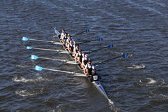 O grupo de Montclair compete na cabeça da juventude oito do ` s de Charles Regatta Men Foto de Stock