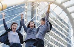 O grupo de mulheres de negócio está guardando as mãos com grande sucesso fotografia de stock royalty free