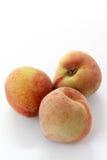O grupo de pêssegos maduros frutifica isolado no fundo branco, entalhe Fotografia de Stock