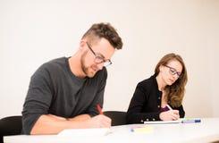 O grupo de pessoas de idade diferente que senta-se na sala de aula e atende Foto de Stock Royalty Free
