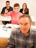 O grupo de pessoas de idade diferente que senta-se na sala de aula e atende Imagem de Stock