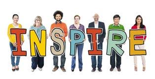 O grupo de pessoas multi-étnico que guarda a letra inspira Imagem de Stock Royalty Free