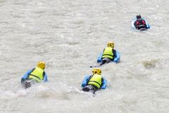 O grupo de pessoas no rio desinseta na água branca, conceito ativo da equipe das férias Foto de Stock Royalty Free