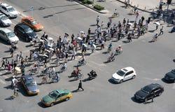 O grupo de pessoas que cruza uma avenida alta do tráfego na cidade de seja foto de stock royalty free