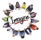 O grupo de pessoas que guarda as mãos em torno da letra imagina Imagens de Stock