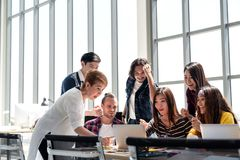 O grupo de povos da diversidade Team o sorriso e entusiasmado no trabalho do sucesso com o portátil no escritório moderno foto de stock royalty free