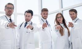 O grupo de praticar medica apontar seu dedo em você fotos de stock