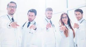 O grupo de praticar medica apontar seu dedo em você imagens de stock