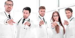 O grupo de praticar medica apontar seu dedo em você foto de stock royalty free