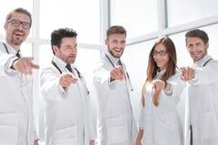 O grupo de praticar medica apontar seu dedo em voc? fotografia de stock