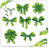 O grupo de presente verde do às bolinhas curva-se com fitas Imagem de Stock