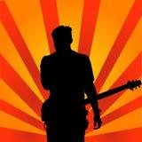 O grupo de rock executa na fase O guitarrista joga só cantor de rocha com uma guitarra Estrela do rock ilustração royalty free