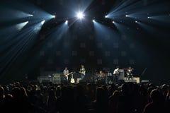 O grupo de rock executa na frente do grupo de DAUGHTRY na fase Foto de Stock