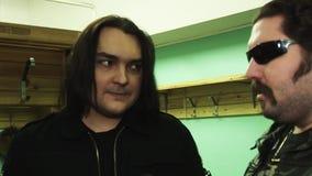 O grupo de rock Kukryniksy Alex Gorshenev do solista dá a entrevista ao homem adulto no casaco de cabedal dos óculos de sol video estoque