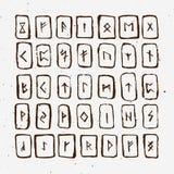 O grupo de runas escandinavas dos noruegueses velhos cinzelou na madeira Alfabeto rúnico, futhark Símbolos ocultos antigos, letra Foto de Stock Royalty Free