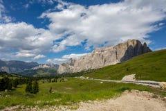 O grupo de Sella perto do Passo Sella em Val Gardena com prados e as montanhas de florescência de Italia das dolomites das fugas  fotografia de stock royalty free