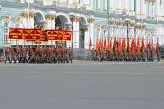 O grupo de soldados com as bandeiras da grande guerra patriótica Ensaio de parada em honra de Victory Day Fotografia de Stock Royalty Free