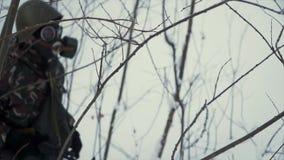 O grupo de soldados corre em esquis nas madeiras com armas grampo Soldados com corrida dos rifles e dos lançadores de granadas de imagem de stock