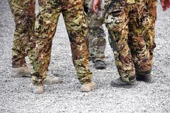 O grupo de soldados que vestem a camuflagem desgasta-se imagens de stock