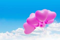 O grupo de teste padrão cor-de-rosa bonito do coração balloons na luz clara - céu azul Fotos de Stock Royalty Free