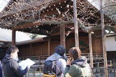 O grupo de tevê relata do santuário de Yasukuni quanto as flores de sakura floresceram para fora Fotos de Stock Royalty Free