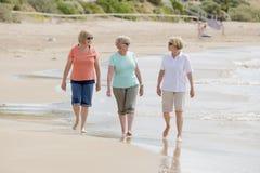 O grupo de três superiores amadurece as mulheres aposentadas em seu 60s que tem o divertimento que apreciam junto o passeio feliz Fotografia de Stock Royalty Free