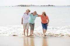 O grupo de três superiores amadurece as mulheres aposentadas em seu 60s que tem o divertimento que apreciam junto o passeio feliz Imagens de Stock
