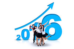 O grupo de trabalhadores comemora os anos novos 2016 Fotos de Stock