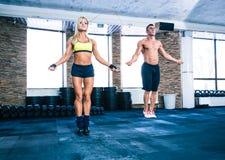 O grupo de um homem e a mulher malham com corda de salto Fotografia de Stock