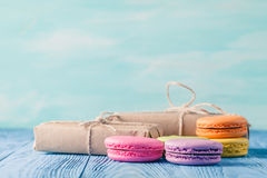 O grupo de vária cor pastel coloriu o bolinho de amêndoa e as caixas de presente com ribbo Foto de Stock Royalty Free