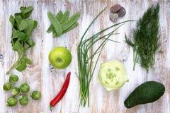 O grupo de vegetais verdes no branco pintou o fundo de madeira Fotografia de Stock Royalty Free