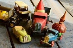O grupo de vintage brinca - o carro convertível do brinquedo, caminhões (caminhões) brinca, brinquedo do carro de cargo e partes  Imagens de Stock Royalty Free