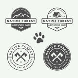 O grupo de vintage que acampa exterior e aventura-se logotipos, crachás Foto de Stock