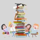 O grupo de vista dos estudantes preocupou-se na torre dos livros imagens de stock royalty free