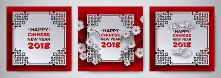 O grupo do cartão 2018 chinês do ano novo com quadro ornamentado branco, sakura/cereja floresce a árvore, fundo vermelho do teste Imagens de Stock Royalty Free