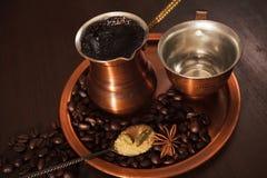 O grupo do cobre para fazer o café turco com café das especiarias está pronto para ser servido Imagem de Stock Royalty Free