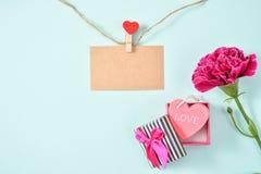 O grupo do cravo do dia do ` s da mãe de maio do ramalhete das flores com presente do amor e o cartão vazio com amor e cânhamo Ro Fotos de Stock