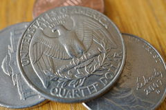 O grupo do dólar de um quarto de prata inventa a moeda nos EUA, dólar americano no fundo de madeira Imagens de Stock Royalty Free