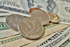 O grupo do dólar de um quarto de prata inventa a moeda nos EUA no fundo feito de cédulas verdes Foto de Stock Royalty Free