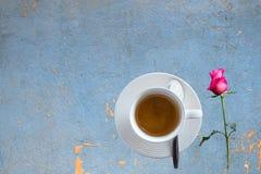 O grupo do freio do café, café das xícaras de café com flor cor-de-rosa corteja sobre Imagens de Stock