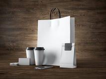 O grupo do saco de compras branco, leva embora copos, o pacote de papel, cartões vazios e o smartphone genérico do projeto Madeir fotografia de stock