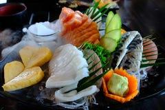 O grupo do Sashimi inclui peixes frescos, calamar e alimento de mar Imagens de Stock Royalty Free