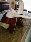 O grupo do serviço de sala limpou a sala e colocou algumas decorações à cama fotografia de stock royalty free