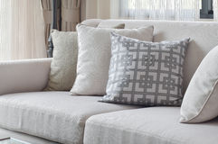 O grupo do sofá do tom da terra com varia descansos do teste padrão na sala de visitas Fotos de Stock Royalty Free