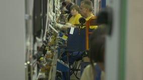 O grupo do trabalhador da vista lateral monta refrigeradores home modernos vídeos de arquivo
