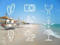 O grupo do verão e do ícone do curso no sumário borrou o mar Imagem de Stock Royalty Free