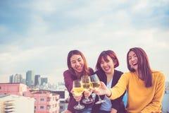 O grupo feliz de namoradas de Ásia aprecia rir e termas alegres fotografia de stock royalty free