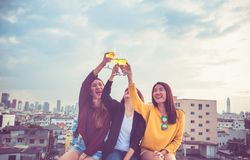 O grupo feliz de namoradas de Ásia aprecia rir e toa alegre imagens de stock royalty free