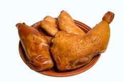 O grupo fumado da galinha na placa isolou o fundo branco Imagens de Stock Royalty Free
